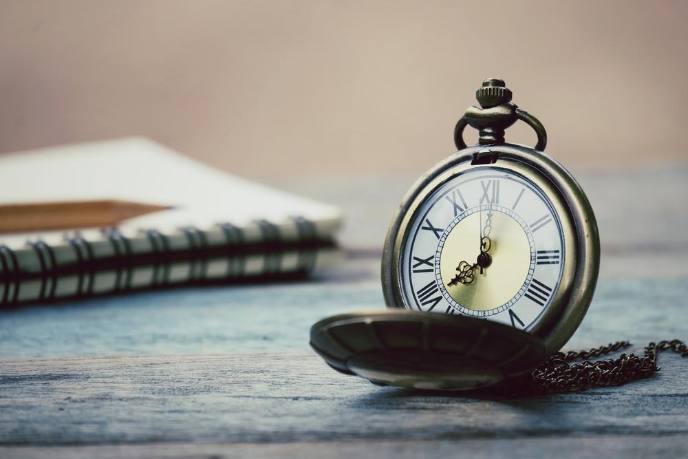 クラシックな懐中時計とノート