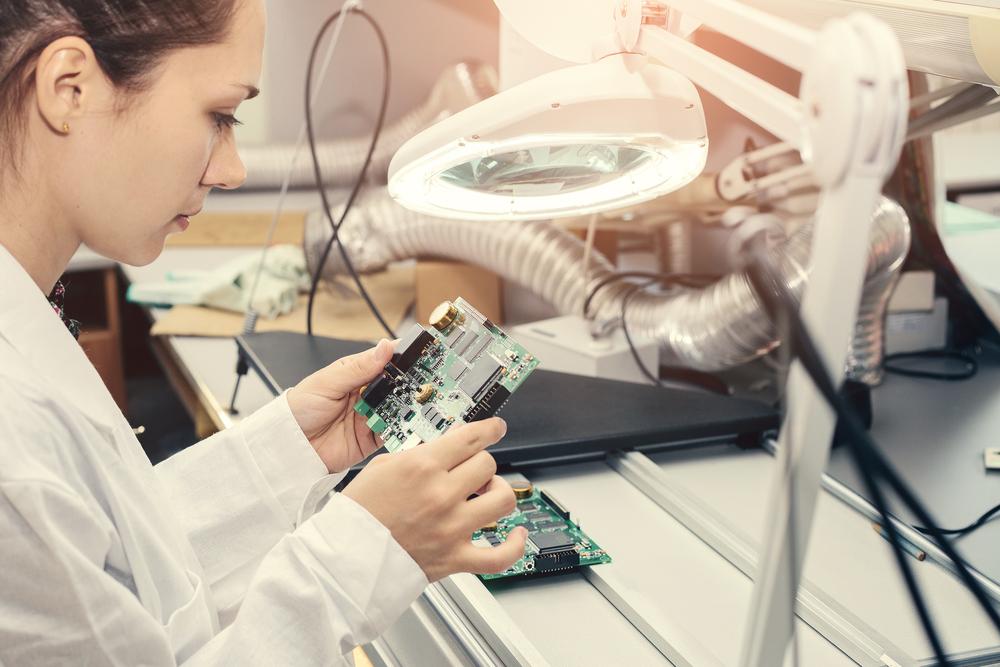 半導体を確認する女性